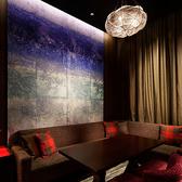 色鮮やかな壁面アートと吹きガラスでできたペンダント照明が浮かぶ印象的な遊び心ある大人の空間です。 ※2時間制となります。※お会計のご利用が40,000円未満の場合は別途、15,000円のルームチャージを頂戴しております。
