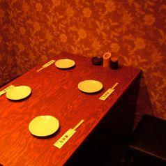 お部屋の中にテーブルが2つ。8名個室にも♪