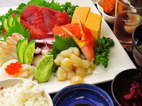 市場の中にある新鮮な魚介類が食べられる店。味とボリュームに大満足できる◎