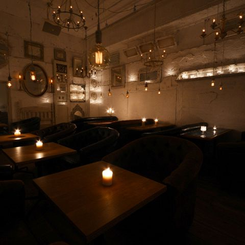 【キャンドルルーム:~20名様】キャンドルの灯りに照らされた白壁のお部屋は、アンティーク調の鏡やシャンデリアに飾られ中世ヨーロッパの邸宅のような雰囲気。