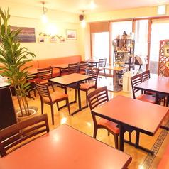 【テーブル2名席】明るく、開放感のある店内。ランチ時はいっぱいになることもあります。