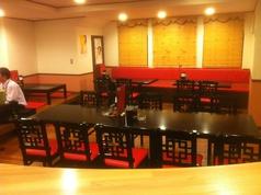気軽にお食事を楽しめる!靴を脱ぎたくない方も安心。2人~10人ぐらいまで、同じテーブルを囲めます。