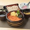 料理メニュー写真新鮮魚介の海鮮丼 (みそ汁付)