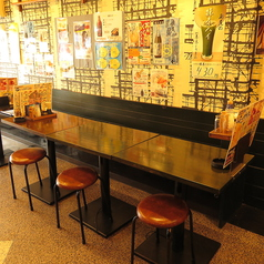 活気あふれる店内にはカウンターが4席と 2名様用のテーブル席が全部で11卓あります。テーブル席はずべて組み合わせ自由なので、少人数でのお食事から、職場の歓送迎会など各種宴会まで幅広くご利用いただけます。壁側のお席はすべてベンチシートですので、ゆったりとくつろいでお過ごしいただけます。