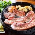 料理メニュー写真【人気NO5】【サムギョプサル】※1人前肉2枚韓国鉄板で焼いた肉を野菜で巻いて♪