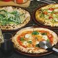 400℃を超える高温で一気に焼き上げる専用の石窯で素早く焼き上げたピッツァは、焦げ目がついて香ばしく、もちもちとした食感に仕上がります。焼きたてをぜひお召し上がりください!