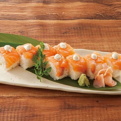 料理メニュー写真サーモンの棒寿司チーズのせ