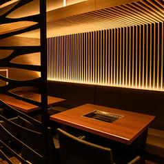 2名様~12名様でご利用可能なテーブル席!上質で優美な空間。デートや接待、宴会まで幅広い用途でお使いいただけます。席のみ予約OK!お電話でご予約下さい。