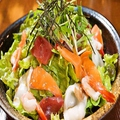 料理メニュー写真香る・トマトと豆腐のサラダ/根菜と水菜のサラダ/季節のおまかせサラダ・海鮮サラダ