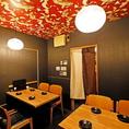 お酒好きのお客さんがワイワイ集まる当店ですが、こちらの個室はちょっとした接待でもご利用いただいています。人気のお席となりますので、ご希望の場合は事前のご予約がおすすめです。