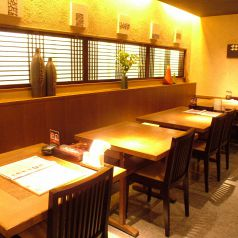 壁側のテーブル席は光が差し込み開放的に!