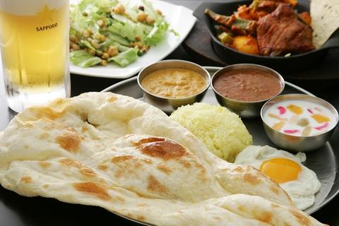 スパイスが効いた本格カレーやインドの家庭料理などご堪能ください。