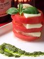 料理メニュー写真モッツァレラチーズと完熟トマトのカプレーゼ ミルフィーユ仕立て
