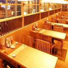 仙台駅徒歩1分の好立地!! 木の温もりを感じられる2名~4名様用のテーブル席。