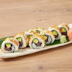 料理メニュー写真まぐろとアボカドの彩巻き寿司
