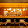 1~10名席、目の前で職人の調理やサービスがご覧いただける人気のお席です。カウンターは木の温もりを感じていただける木目調、ゆったりソファータイプの椅子でくつろげます。お1人様のちょい飲みから出張帰りの晩御飯なども大歓迎。同僚との一杯、デート、ご夫婦、ご友人など、新大阪のホームとしてお使いください。