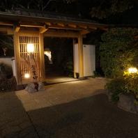 雰囲気◎ライトアップされた庭を歩くと入口が…