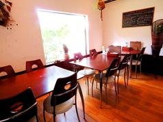 【半個室テーブル席】奥には2名様掛けのお席もご用意しております♪
