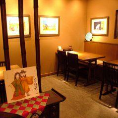入口付近のテーブル席。隠れ家風に☆