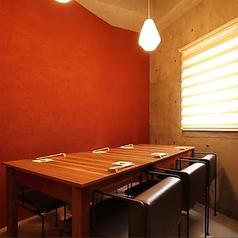 個室は6名様掛けテーブルにてご用意がございます。
