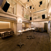 【B2Fラウンジ】フロアの中央に置かれた細長いハイテーブルと、開放的な吹き抜けの天井から吊るされたシャンデリアがなんともドラマティック。