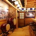 店内に飾られた提灯やだるま、太鼓などで和を感じられる温かみのある雰囲気が魅力。お寿司やお酒の美味しさがより引き立ちます♪
