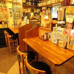 活気あふれる店内にはカウンターが4席あります。お一人様や少人数、デートなどでのご利用には最適です。スタッフとの会話も弾むかもしれません。