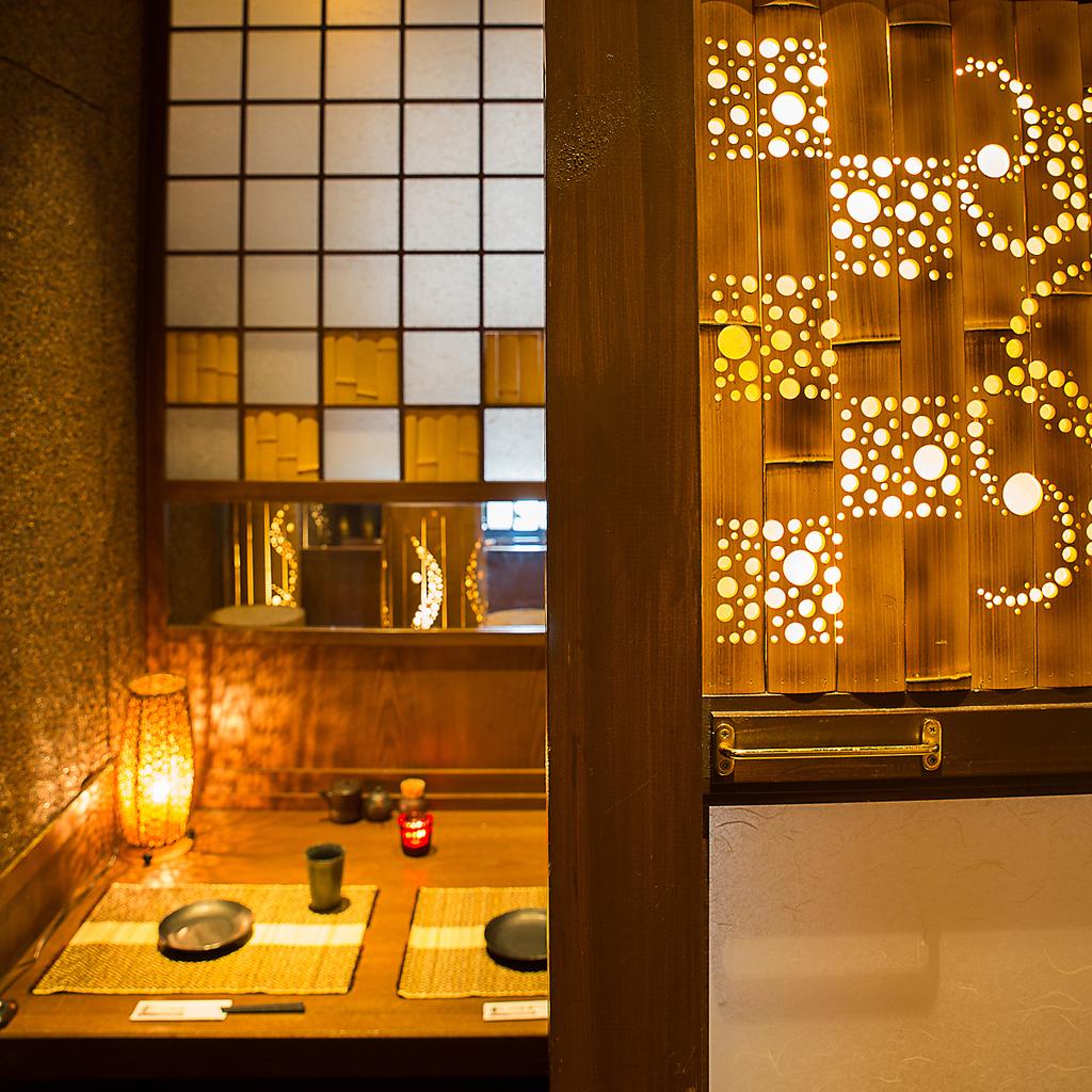 繊細な竹の照明が生み出す幻想的な世界の個室