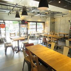 【テーブル席】広々とした空間の店内は禁煙となっており、お子様連れでも安心してお楽しみいただけます。