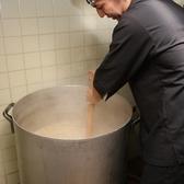 捌いたあとの比内地鶏のガラを丹念に十時間煮込みスープをとります。