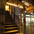 明るく灯る「roomlax cafe」のロゴが目印、デートに、女子会に、皆様のお越しをお待ちしております。