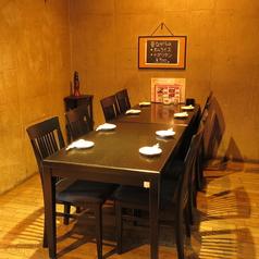 個室的テーブル2名~4名様 2席・テーブル5名~8名様2席あります。デート・プチ宴会に最適です。