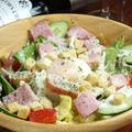 料理メニュー写真炙りカリカリベーコンのシーザーサラダ