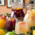 サングリアはワインに果実やジュース、シロップを漬け込んだスペインの代表的なお酒です。当店の自家製サングリアはフルーティーでワインが苦手な方でも飲みやすくなっております。