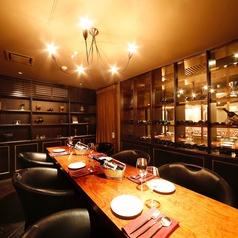 温かみある照明とシックなインテリアが印象的な4~8名様の個室。飲み会やご家族での利用、合コン等にも最適です。 個室使用料:500円/お一人様(3名様以上) / 750円/お一人様(2名様)