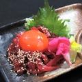 料理メニュー写真馬肉桜ユッケ