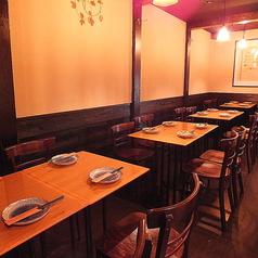 【テーブル席】18席…一列でご利用になれるテーブル席です。2名様からご利用可能です。