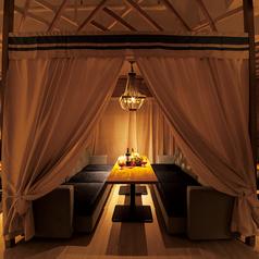 カバナ=プールサイドのラグジュアリーなプライベートスペースのこと♪木のシャンデリアとキャノピー(天蓋)で囲われた上質空間。ふかふかソファで居心地も抜群です★