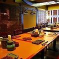 店内は落ち着いた、民芸調の雰囲気です。会食、接待、ご家族など大人数様の時はテーブル席をご利用ください。また夜は銀座の夜景を楽しんでいただけます!