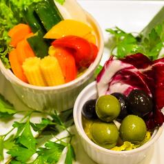 料理メニュー写真黒と緑のオリーブとミックスピクルス