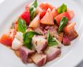 料理メニュー写真タコとトマトのジェノベーゼ