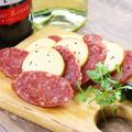 料理メニュー写真サラミとスモークチーズの盛り合わせ