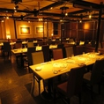 温かな雰囲気が漂う大人数向けのテーブル席。お客様のご要望に応じ、大小各種の個室も取り揃えております。