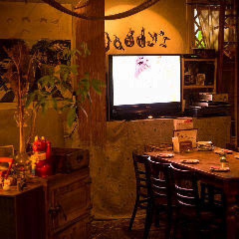 グリーンの植物や小物があふれる、あったかい雰囲気に包まれたダディのお店です。下北沢のにぎやかな通りをはずれ、通が好むシックな小路にたたずむお店。知る人ぞ知る名店です。名物料理とビアマイスターが注ぐ極上のビールと共に、しっとりとした寛ぎの時間を楽しんでみては。