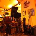 【ギター】ギターやマイクもご用意しております。生演奏にどうぞ!!