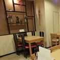料理だけではなく、雰囲気も楽しんでいただきたいのでインテリアや内装もこだわりました。天井近くから吊るされている飾りはもちろん、テーブルやイスの配色など、なんとなく感じられるようセッティング。店内の空気でも中華をお楽しみください。