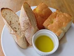 パンの盛り合わせ(バケット2枚・フォカッチャ2枚)