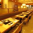 広々テーブルのお席。木目調を基調とした和テイストの店内でゆっくりお食事をお愉しみ頂けます。