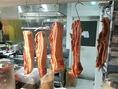 毎年恒例の「干し肉」作りの様子。11月頃からお出しします!