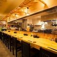当店にはカウンター席をご用意しております。お一人でゆっくりとお食事やお料理に合ったお酒を楽しみたい方に最適のお席です。明るい雰囲気のオープンキッチンで、串かつ等のお料理や大阪名物のガリ酎などを是非一度ご賞味ください。